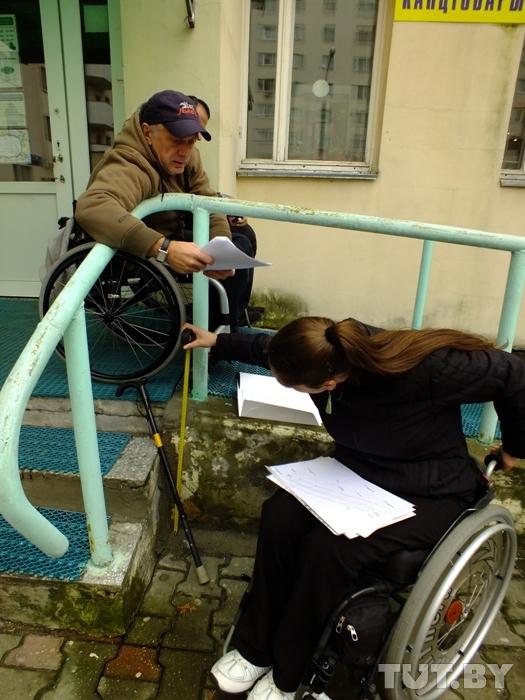 """Исследовали специалисты и здание, где находится Офис по правам людей с инвалидностью. Пандус неплох, но вот площадка у входа и тамбур не соответствуют нормативам. А при недостаточном размере площадки и открывающихся """"на себя"""" дверях человек на коляске может просто-напросто упасть. Специалисты Офиса надеются, что собственник здания согласится как-то исправить эти недостатки."""
