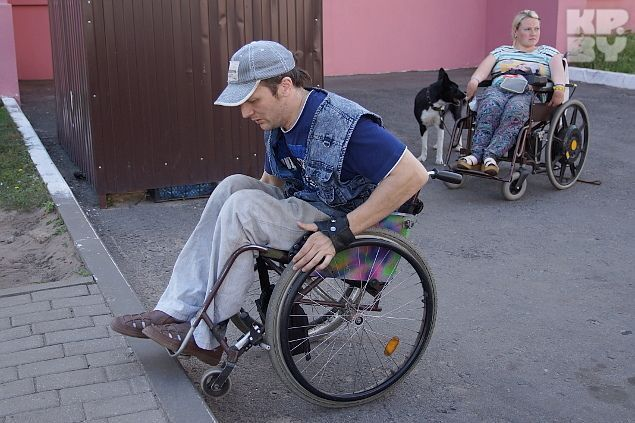 Даже на активной коляске Алексей не может проехать бордюр Фото: Павел МИЦКЕВИЧ