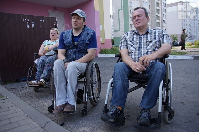 Инвалиды-колясочники редко появляются в городе из-за барьеров Фото: Павел МИЦКЕВИЧ