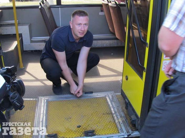 Водитель автобуса пытается опустить пандус