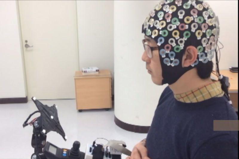 """Сигналы мозга передаются сенсорам на специальной """"шапке"""". Фото: No-Sang Kwak / youtube.com"""