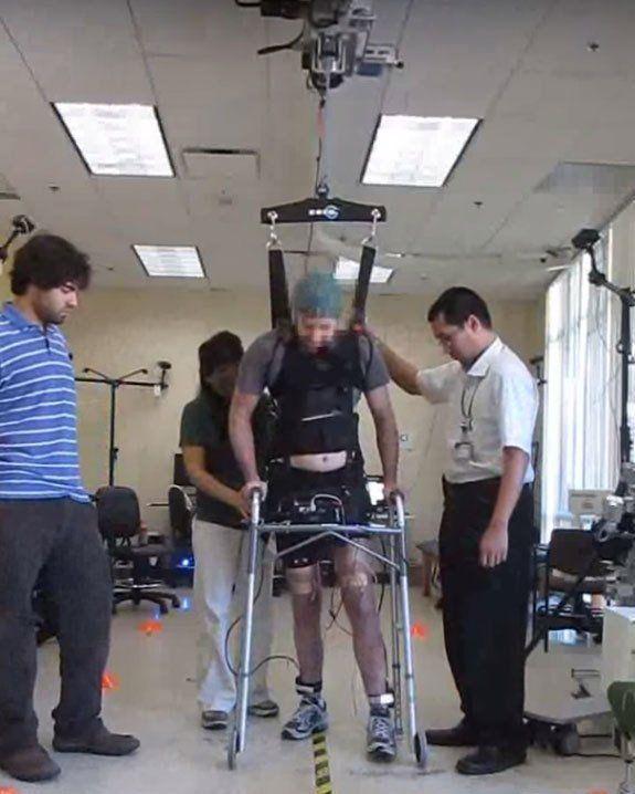 Парализованный человек идёт с помощью устройства, считывающего двигательные ритмы мозга. (Фото University of California, Irvine.) Подробнее см.: https://www.nkj.ru/news/27056/ (Наука и жизнь, Как поднять на ноги парализованного человека)