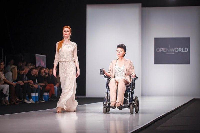 Светлана Нигматуллина (справа) на подиуме во время Недели высокой моды. Источник: фейсбук Оксаны Заикиной