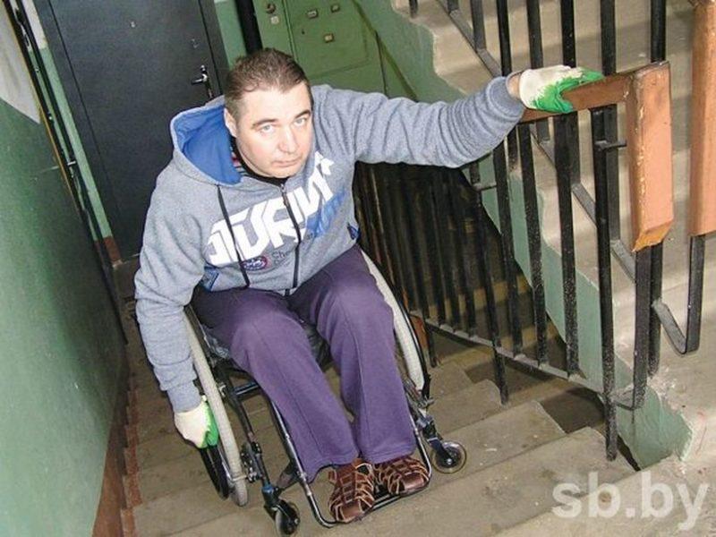 Спускаясь по лестнице, инвалид-колясочник каждый день рискует жизнью.