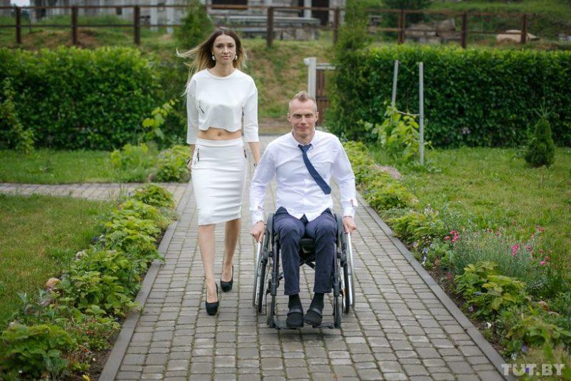 Артем из города Березовка. Ему 29 лет. У мужчины жена Оля и сын Илья. А еще — свой магазин одежды, который не забросил после того, как получил травму