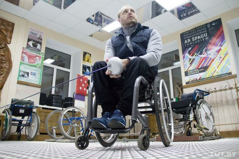 Андрей Праневич в специализированном зале, где занимаются фехтовальщики-колясочники