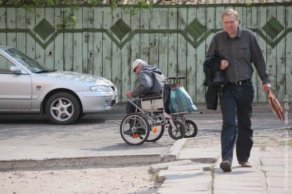 <!--:ru-->С какими препятствиями сталкиваются инвалиды-колясочники в Гомеле?<!--:-->