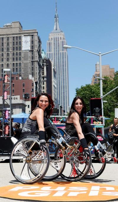 Аути Энджел (Auti Angel) - актриса и профессиональный хореограф (слева), одна из участниц проекта