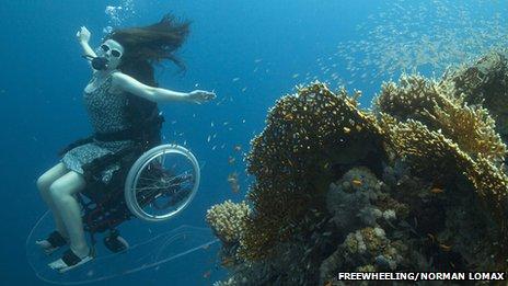 В Британии разработали подводную инвалидную коляску