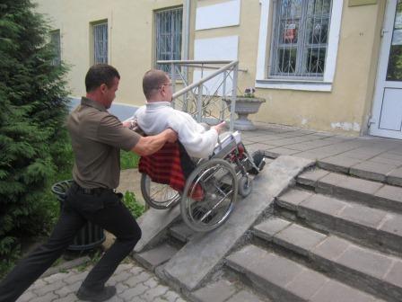 Человек с ограниченными возможностями судится с крупным столичным застройщиком