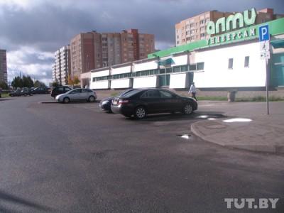 Водители паркуются на местах для инвалидов, невзирая на знаки и разметку