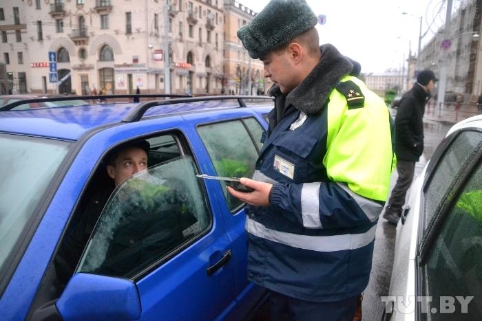 Инвалиды - колясочники снова просят столичных водителей не парковаться на их местах
