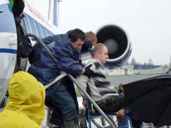 """Главное не упасть. Так Евгения Шевко, воспользовавшегося услугами Национального аэропорта, """"втаскивали"""" и """"вытаскивали"""" вместо того, чтобы с комфортом транспортировать в самолет."""