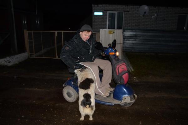 Сергей ездит по городу на скутере. Он сам привык пересаживаться из коляски на него и обратно