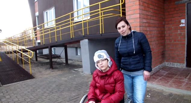 В Кобрине мама ребёнка-инвалида будет судиться из-за квартиры, построенной с отсутствием безбарьерной среды