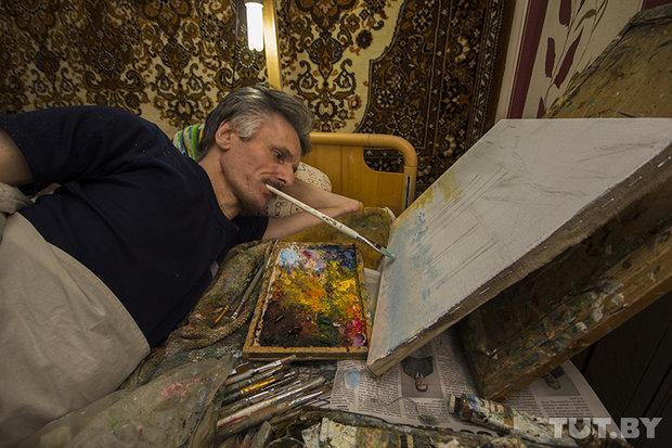 Парализованный художник из глубинки зарабатывает на жизнь картинами, которые пишет, держа кисть в зубах