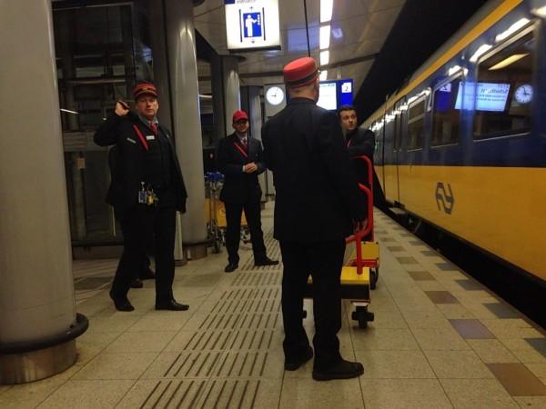 Работники вокзала ставят пандус к вагону