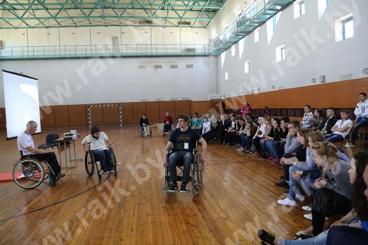 Студентов научили оказывать помощь инвалидам-колясочникам