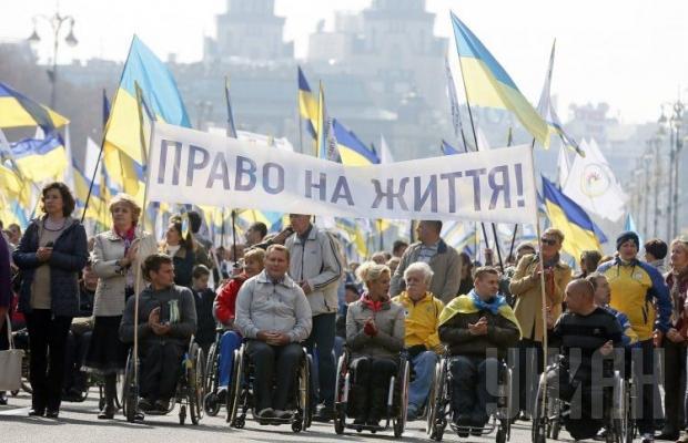 В Киеве люди в инвалидных колясках выехали на марш за мир