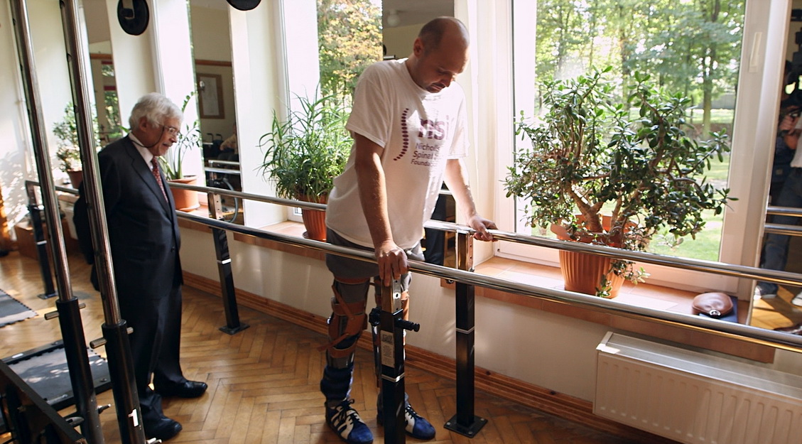 Житель Польши, у которого два года была парализована нижняя часть тела, встал на ноги