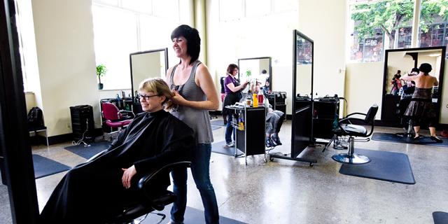 Люди с ограниченными физическими возможностями могут бесплатно воспользоваться услугами парикмахера в Бобруйске