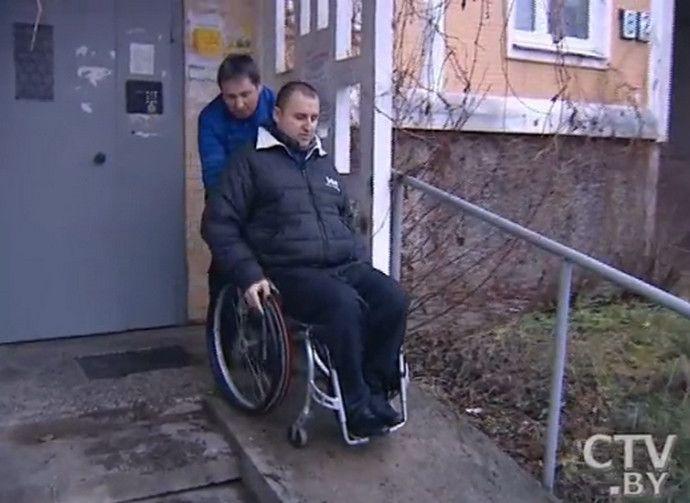 Почему в Беларуси такое дикое отношение к инвалидам? Мужчина обманом спилил в подъезде пандус, а устанавливать новый никто не собирается
