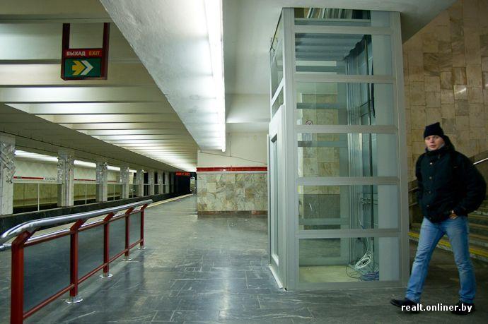 На платформе станции метро «Первомайская» монтируют лифты