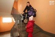 Минчанка - мэру: «Лифт в доме не работает, поэтому ношу мужа-инвалида с пятого этажа на руках»