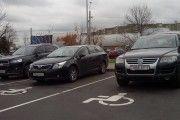 Минские колясочники борются против хамской парковки на местах для инвалидов.