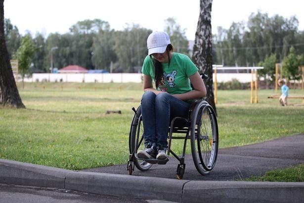 Высокие бордюры – большая преграда для человека в коляске.