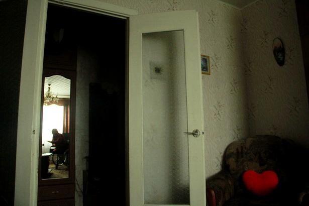 Богуслав Домениковский половину года проводит в своей квартире советской многоэтажки, так как в его доме нет ни одного пандуса. Фото Intex-press/Людмила Прокопова