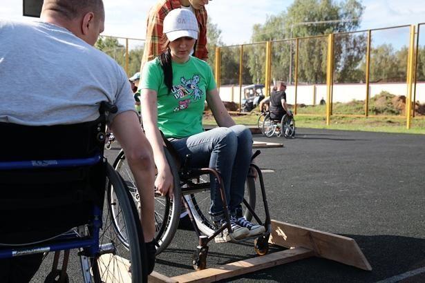 Чтобы переехать через этот бордюрчик, нужно научиться ставить коляску на два колеса