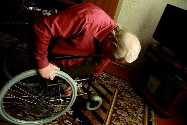 Инвалидную коляску Богуслав переделал под узкие проемы квартиры. Фото Intex-press/Людмила Прокопова