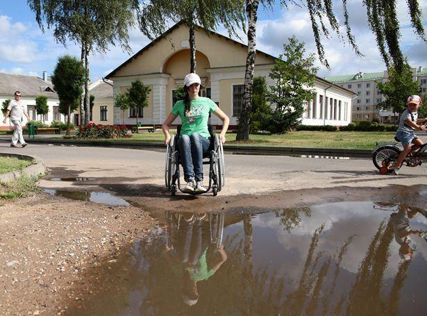 По песку коляска едет с трудом, с пробуксовкой, но еще сложнее ехать по траве.
