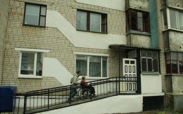 Люди в инвалидных колясках вынуждены приспосабливаться к жизни в советских многоэтажках, совершенно не приспособленных к их жизни.