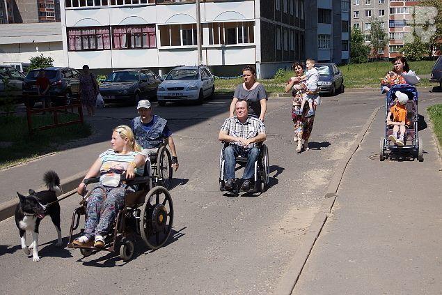 Инвалиды-колясочники показали проблему на личном примере Фото: Павел МИЦКЕВИЧ