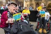 В Великобритании инвалиды-колясочники попытались прорваться в Палату общин с акцией протеста