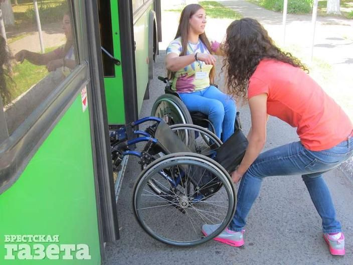 Екатерина показывает, как правильно закатывать коляску в автобус
