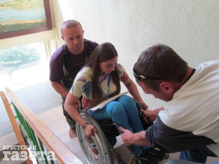 Участники тренинга помогают Анне правильно спуститься по лестнице