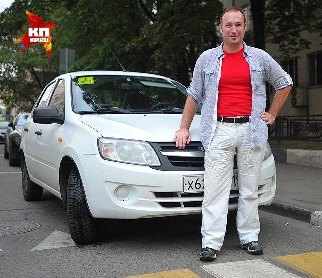 Денис Громнадский - инвалид с детства. Но проблемы с ногами не помешали ему не только стать водителем, но и выполнить недавно 1 разряд по автоспорту. Фото: Виктор ГУСЕЙНОВ