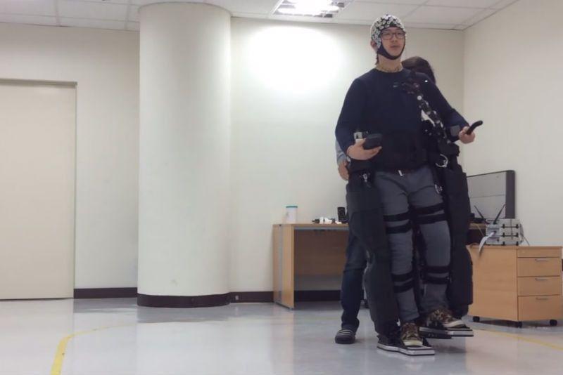 """Затем команда передается экзоскелету ног, который """"шагает"""" в нужную сторону. Фото: No-Sang Kwak / youtube.com"""