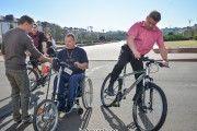 Мэр Бобруйска пересел на велосипед, чтобы обследовать городские тротуары