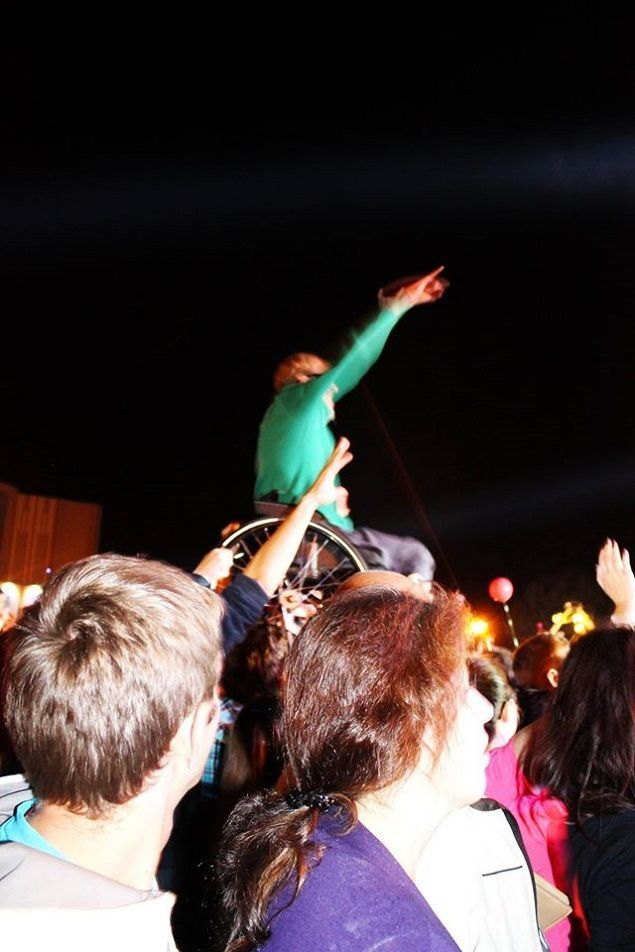 Во время концерта на День города коляску с Сашей подняли наверх. Фото: личный альбом