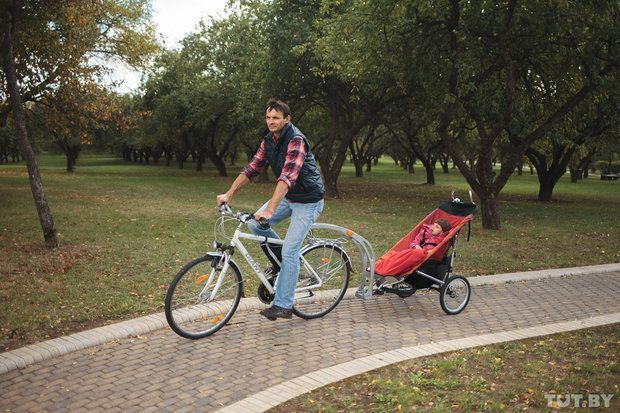 «На самом деле бег с коляской, езда на велосипеде — это та же реабилитация. Вибрация, встречный ветер, ускорение-торможение. К тому же кататься — это просто приятно. Много ли у детей с инвалидностью положительных эмоций? Однажды я пригласил знакомых родителей в парк Горького, чтобы показать им свой велоприцеп. Катал детей, их самих на коляске — и все говорили, что здорово. Я себя вспоминаю: мы в детстве делали тачку: доска, две деревянные оси и подшипники. Садишься на эту штуку и катишься на ней с горы. Это ощущение скорости ни с чем не сравнить».
