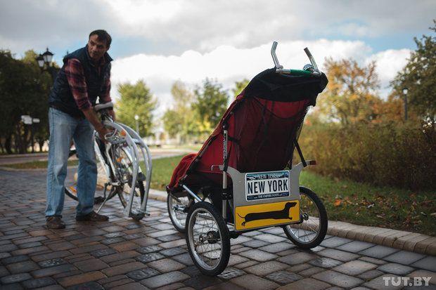 Дмитрий может легко отцепить коляску от велосипеда и продолжать дальше путь пешком. Американскую беговую коляску, необычную для наших краев, семья получила от другой, где ребенок уже вырос. В США такие популярны — увлеченные здоровым образом жизни, тамошние родители не хотят терять форму и после появления потомства. Есть специальные беговые коляски и для детей с инвалидностью.