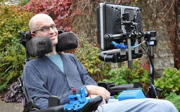 Англичанин создал гаджет, позволяющий управлять креслом-коляской взглядом