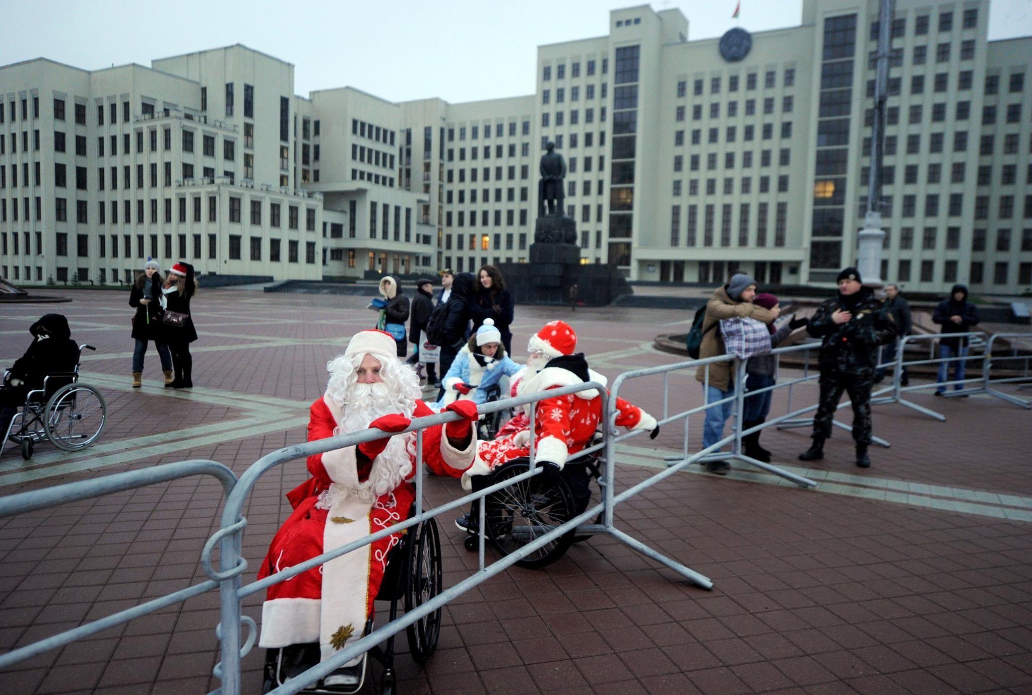Дед Мороз-колясочник, которого не пустили на парад: