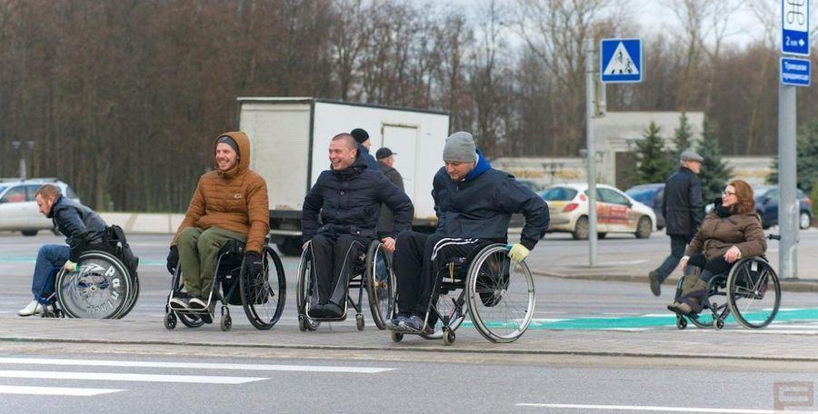 Инвалиды-колясочники перекрыли проспект, чтобы привлечь внимание (фото, видео)