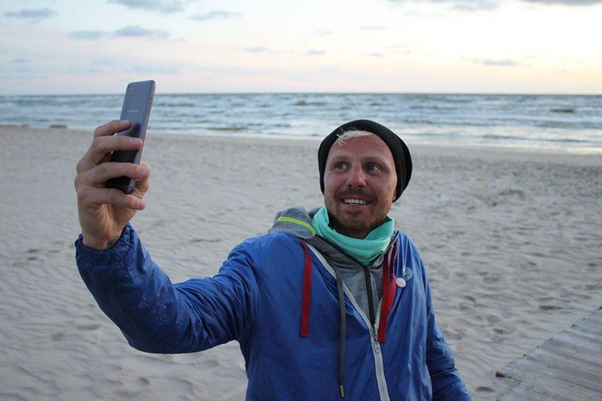 500 километров парень буквально на руках добирался до Балтийского моря – исполнил свою мечту
