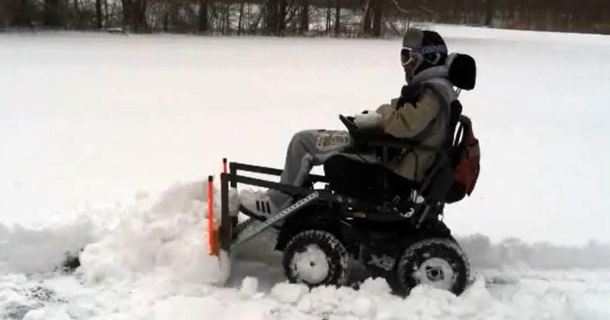 Американец - колясочник превратил свое инвалидное кресло в снегоуборщик